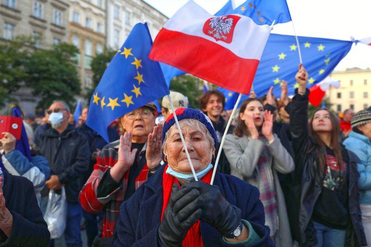 Inwoners van Wrocław gingen zondag de straat op om te demonstreren tegen het besluit.   Beeld EPA