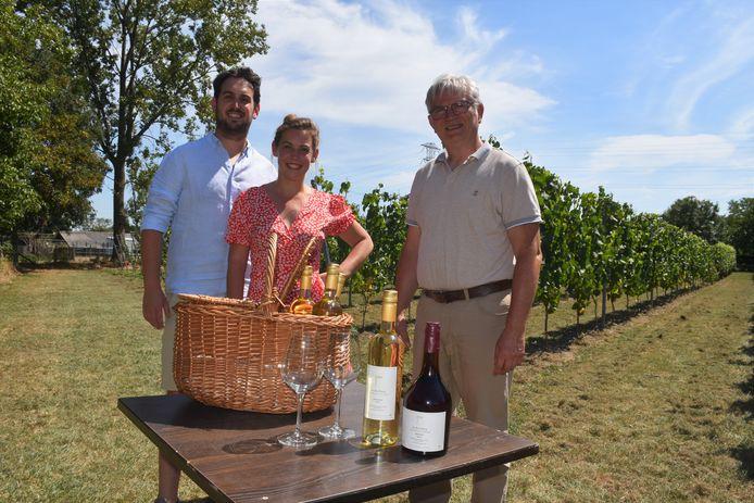 Paul Nijsthoven (r), samen met dochter Karolien en zoon Dieter in hun wijngaard, die ze zelf aanlegden.