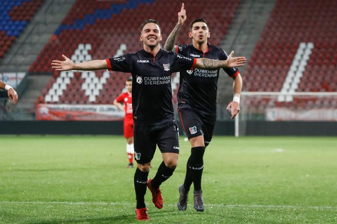 NEC'er Calvin Verdonk viert de 2-0 met Wojciech Golla.