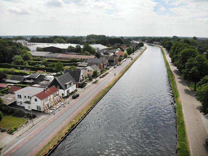 Een huis langs het kanaal in Daarlerveen wordt gestut om de gevel overeind te houden.