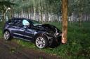 De automobilist week uit voor een omgewaaide boom en botste tegen een andere boom.