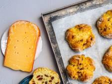 Met deze makkelijke rozijnenbroodjes scoor je punten bij het paasontbijt