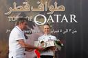 2010: Rasa Lelivyte uit Litouwen krijgt uit handen van Eddy Merckx de trofee na de eerste etappe van de Ronde van Qatar voor vrouwen.