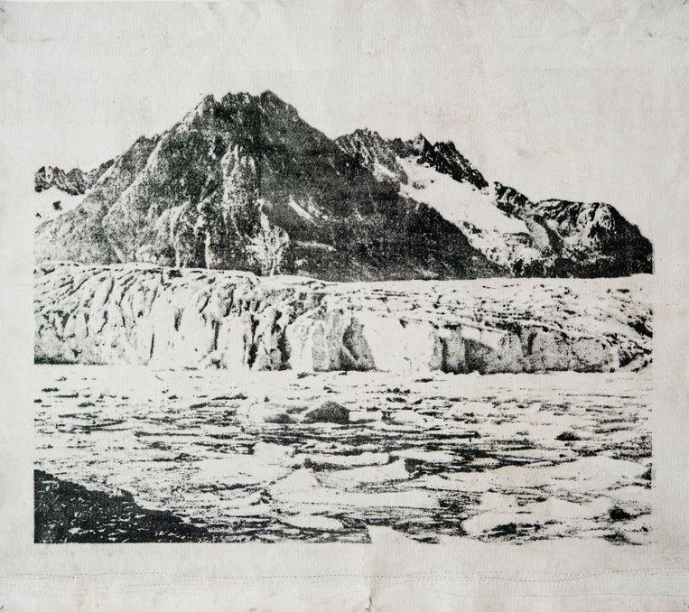 Mandry drukt foto's uit het begin van 20ste eeuw op dekens die gebruikt worden om gletsjers minder snel te laten smelten. Beeld Douglas Mandry - by courtesy of Bildhalle