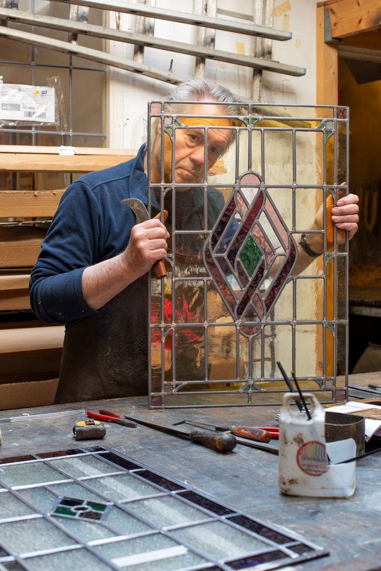 Peter Philippus van de Amsterdamse Glas in Lood Zetterij. Beeld Susanne Stange