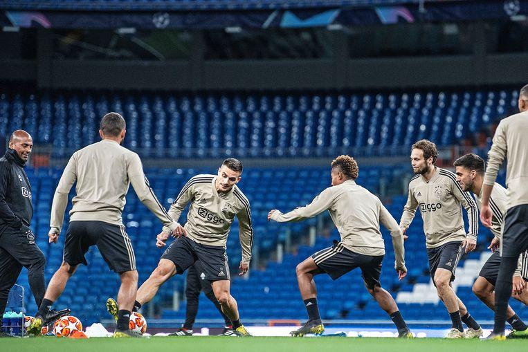 Dusan Tadic (in het midden) actief tijdens een rondo. Ajax traint in Santiago Benabeu voor het duel met Real Madrid in de Champions League. Beeld Guus Dubbelman / de Volkskrant