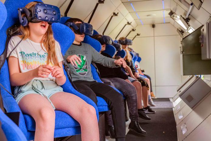 Groep 7 van de Titus Brandsma-basisschool in Hilversum krijgt vandaag in het ruimteschip van de SpaceBuzz een virtuele rondleiding in het heelal van André Kuipers.