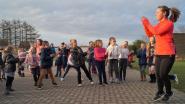 Kinderen De Valke dansen zich warm op Dikketruiendag