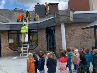 """Dakkoepel van basisschool De Klimtoren vliegt weg: """"Kleuters leerden net over de brandweer"""""""