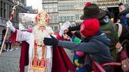In de rij voor high five van Sinterklaas