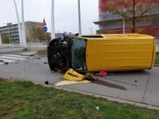 DHL-busje op z'n kant na botsing: 1 gewonde