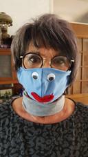 Marg Akihary-Polak uit Roosendaal maakte dit geinige katoenen mondkapje zelf. 'Om mezelf te beschermen', schrijft ze.