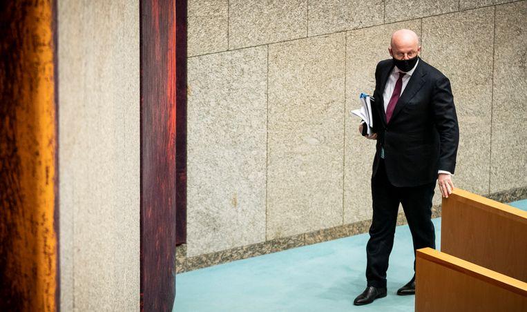 Minister Ferdinand Grapperhaus van Justitie en Veiligheid (CDA) verlaat de zaal nadat het debat over de avondklok is uitgesteld.  Beeld Freek van den Bergh / de Volkskrant