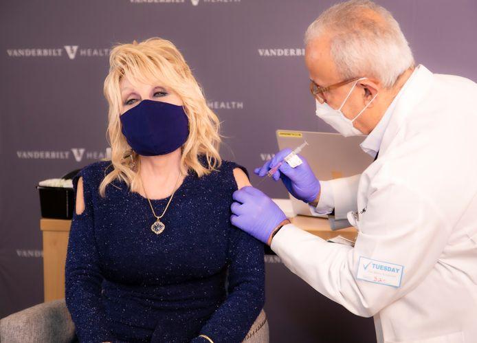 Dolly Parton krijgt haar eigen coronavaccin.