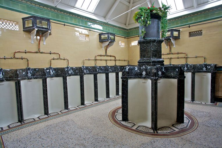 Het prachtige victoriaanse mannentoilet. Beeld Alamy Stock Photo