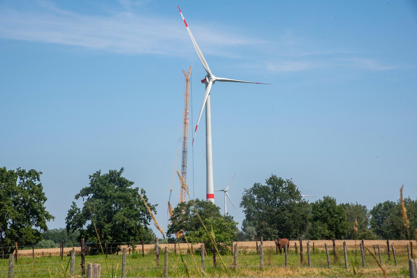 De drie gigantische wieken van de windmolen zijn gemonteerd.