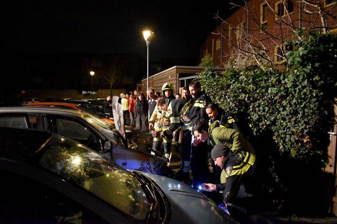 De autobrand aan de John Lennonstraat in Lent trok veel bekijks.