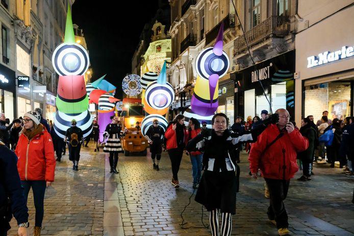 Stoet van licht en muziek trekt door de straten.