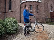 Nieuwe pastor Peter Pot fietst als kapelaan Odekerke door Groesbeek