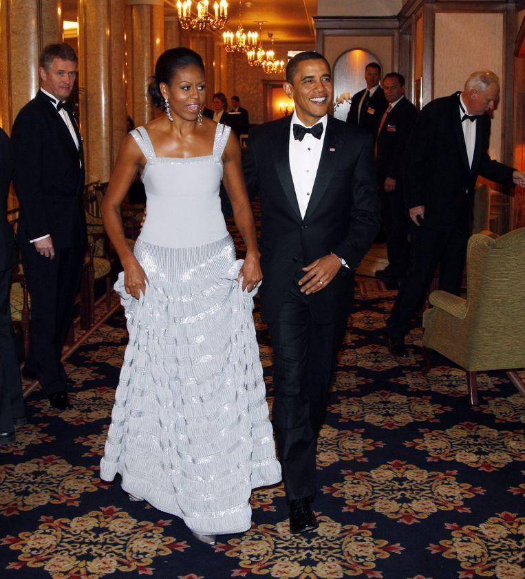 Michelle Obama in een typische Alaïa-jurk. Dat zijn jurken 'kleven' was in de beginjaren een unicum. Beeld BELGAIMAGE