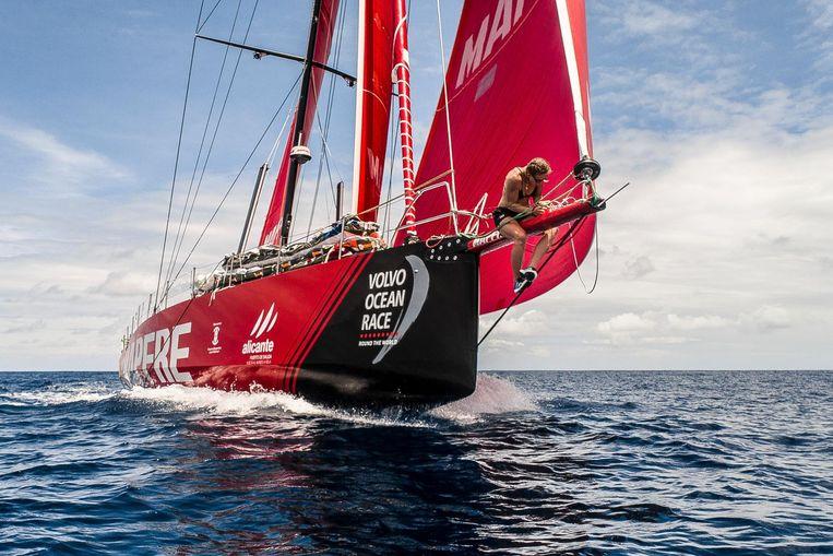 Bemanningslid Sophie Ciszek voert een reparatie uit aan een lijn bij de Mapfre. Beeld Ugo Fonolla/Volvo Ocean Race