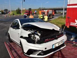 Wéér botsing op berucht kruispunt aan oprit van A19: Volkswagen Golf GTI zwaarbeschadigd