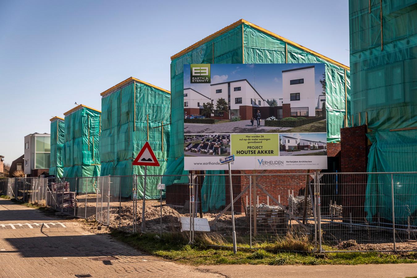 De bouw van 26 nul-op-meter woningen in de Helmondse wijk Mierlo-Hout ligt al lange tijd stil.