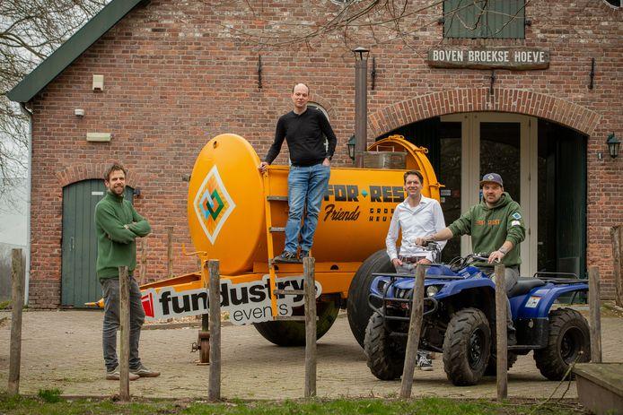 Van links naar rechts: Harry van den Berg (mede-eigenaar Fundustry Adventures), Sander van der Weerden (parkeigenaar 't Broeckhuys), Kees Rutten (directeur Leisurelands), Jeroen Schreurs (mede-eigenaar For-rest Glamp). Samen gaan ze één dorp creëren waar van alles te doen is. Middels de hottub met daarop 'Forest Friends' zorgt Scheurs alvast voor wat zichtbaarheid. Hopelijk gaat zijn glamping met Pinksteren open.