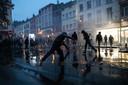 Betogers gooien stenen naar de politie in Brussel.