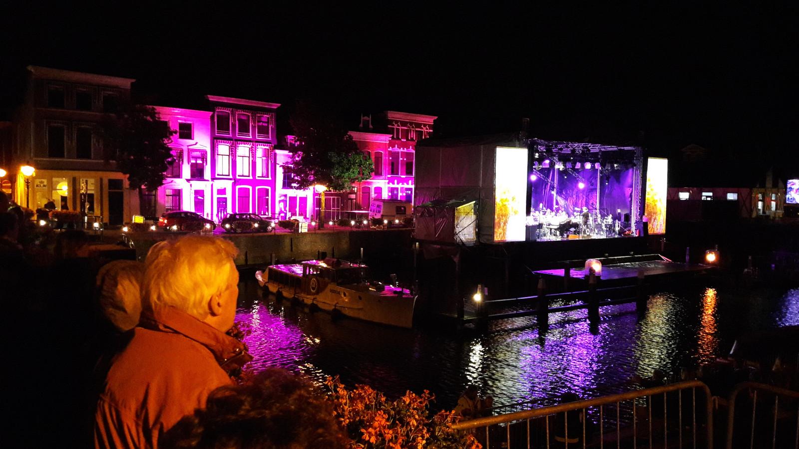 Publiek kijkt vanaf de Peterbrug naar het podium in de Lingehaven tijdens de editie van 2017 van het Lingehavenconcert in Gorinchem.