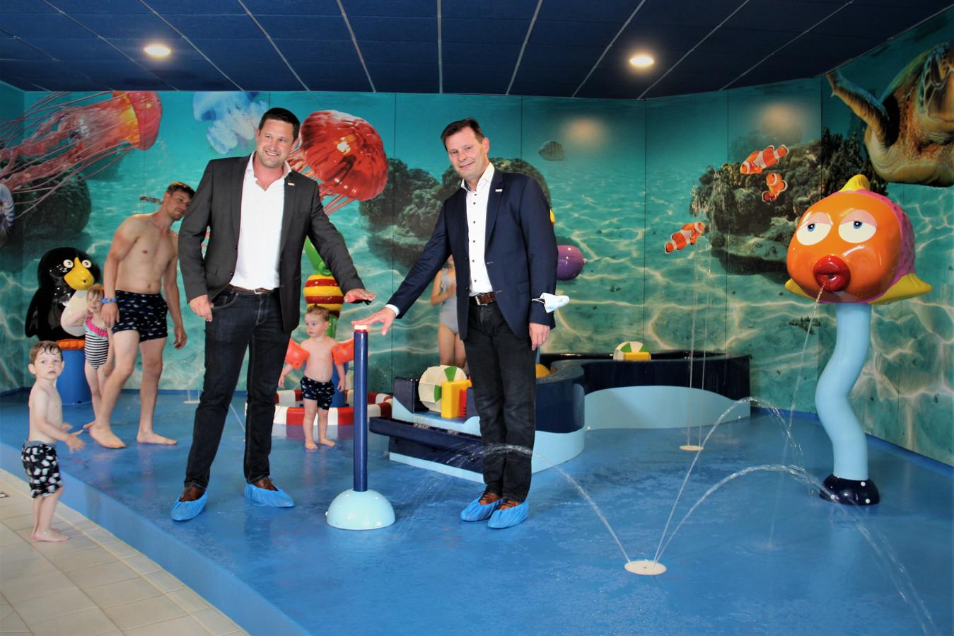 Schepen Jens Danneels en burgemeester Lieven Huys drukken op de knop.