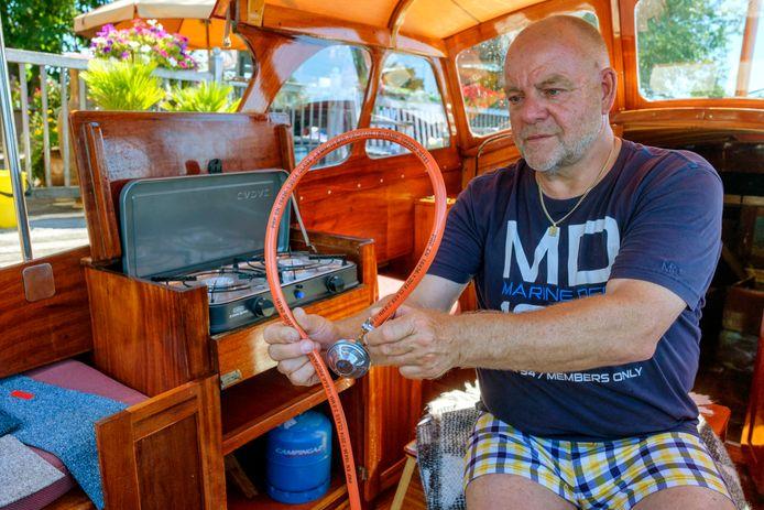 Zo hoort een gasleiding eruit te zien, waarschuwt Bart Jan Bootsma naar aanleiding van enkele ongelukken op boten in het Groene Hart. Bootsma heeft zeven jaar gedaan over het opknappen van zijn scheepje: als laatste bouwt hij een nieuwe (productiedatum 2020) gasleiding in voor zijn nieuwe gasfornuis.
