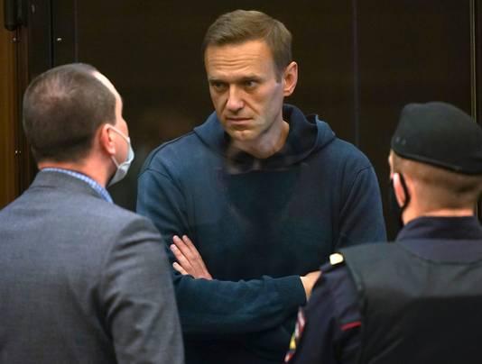 Aleksej Navalny (midden) in gesprek met één van zijn advocaten.