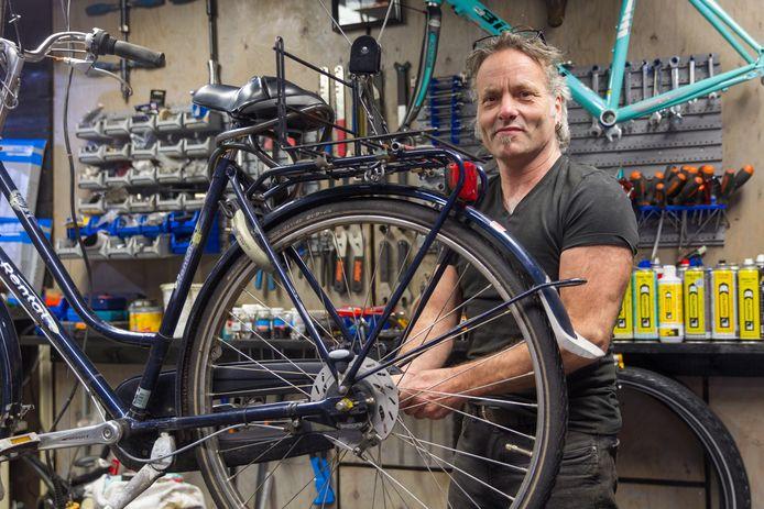 Bart Beckers van fietsenmakerij Bartvelo kan amper nog aan onderdelen voor racefietsen komen, net als veel branchegenoten.