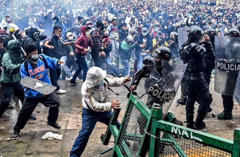 Betogers clashen met de oproerpolitie in de Colombiaanse hoofdstad Bogota. Een geplande hervorming van de belastingen leidde tot hevig protest. Gevolg: een twintigtal doden en honderden gewonden.  Beeld AFP