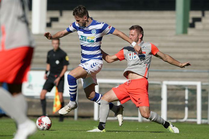 De Graafschap-middenvelder Branco van den Boomen (links) in duel met Jens van Zon van FC Eindhoven.