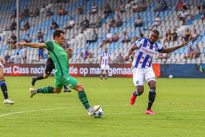 De Graafschap-aanvaller Daryl van Mieghem haalt uit op De Vijverberg. Het stadion blijft voorlopig voor het grootste deel leeg.