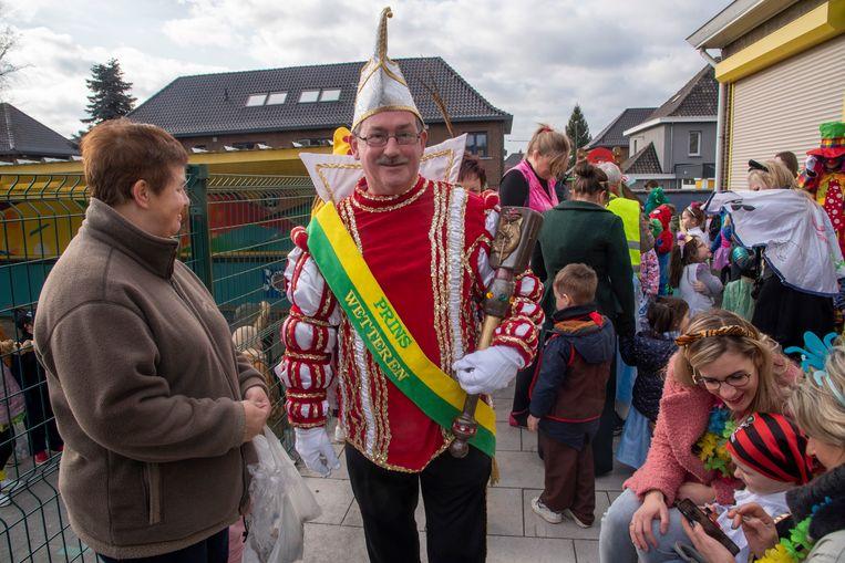 Prins Marino leidt het Kindercarnaval van de kleuterschool.