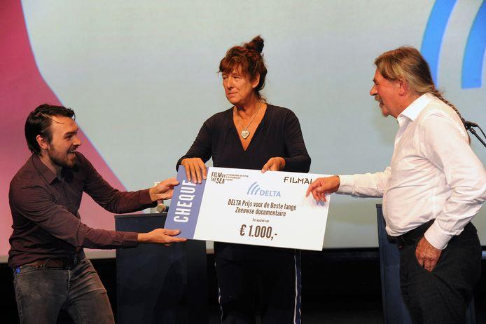 Paco (links) en Rob Maaskant wonnen met 'Een fantast' de prijs voor de beste lange Zeeuwse documentaire. In het midden juryvoorzitter Maartje Nevejan, winnaar van vorig jaar.