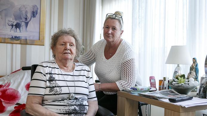 Mevrouw Leeggangers met Elly Groeneveld, één van haar dochters, op haar kamer in verpleeghuis Frankeland.