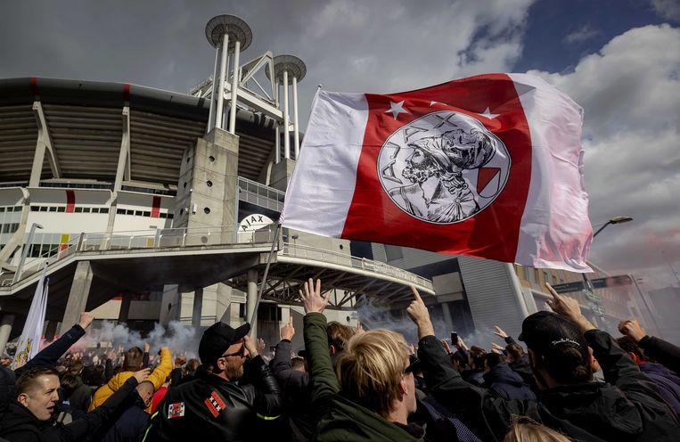 Supporters van Ajax vieren na het duel met FC Emmen bij de Johan Cruijff ArenA de 35ste landstitel uit de clubhistorie.  Beeld ANP
