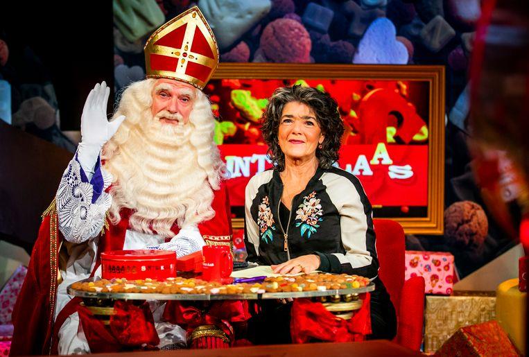 Stefan de Walle als Sinterklaas en presentatrice Dieuwertje Blok in de studio van het Sinterklaasjournaal.  Beeld Hollandse Hoogte /  ANP Kippa