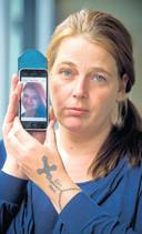 Nancy Bordewijk toont de laatste foto die ze van haar dochter heeft.