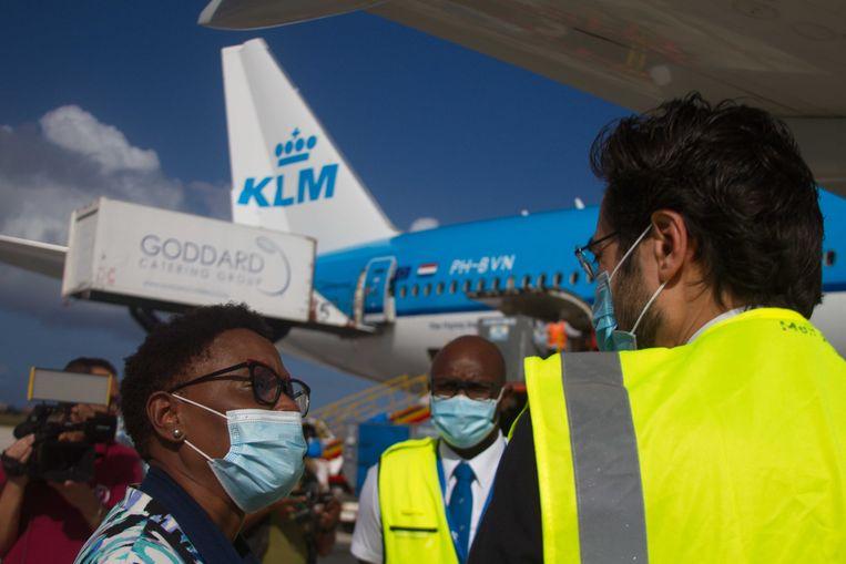 Op 17 februari kwam een vlucht van KLM met aan boord de eerste vaccins voor Curacao aan op de luchthaven van Willemstad.  Beeld ANP