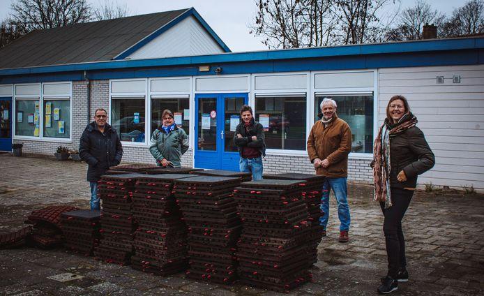 De gezamenlijke initiatiefnemers van het speeltoestel dat binnenkort bij de 's-Gravendeelse korfbalclub ADO geplaatst wordt.