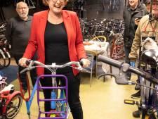 Collega's wethouder Greet Buter van Laarbeek nemen pak aan taken over