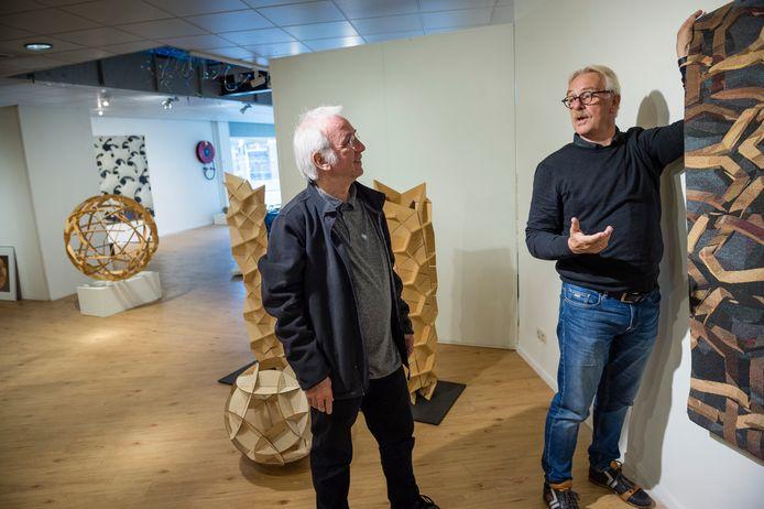 Rinus Roelofs (l) , kunstenaar en wiskundige, exposeert in Barcelona met groot werk. In de  HeartGallery aan de Drienerstraat, toonde hij onlangs kleiner werk. Recht Jan Noltes, initiatiefnemer van de exposities van Roelofs.