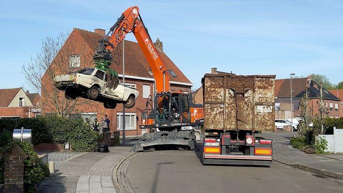 Ontruiming van een autokerkhof in de Velodroomstraat in Brugge.