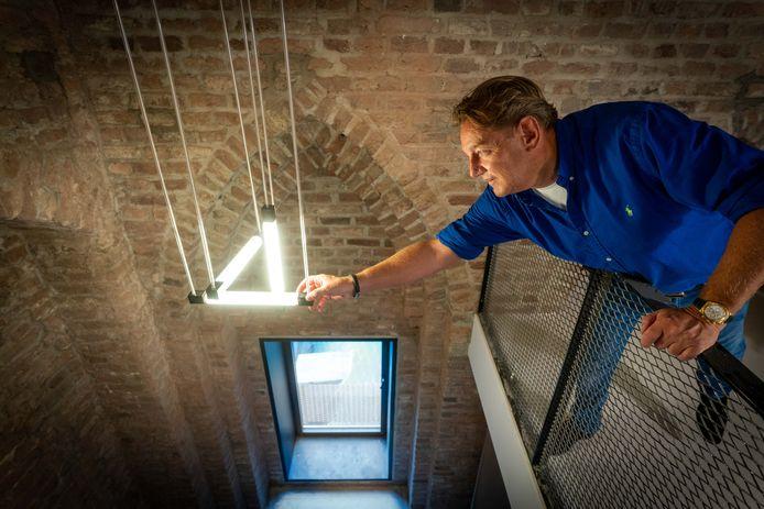 Theo de Rijk toont een bijzondere lamp in het appartement gewijd aan Gerrit Rietveld.