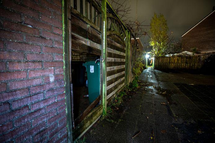 De politie brak de poort van de tuin om verdachte Sahand I. in november aan te houden in Zoetermeer. De jonge man woonde bij zijn ouders.